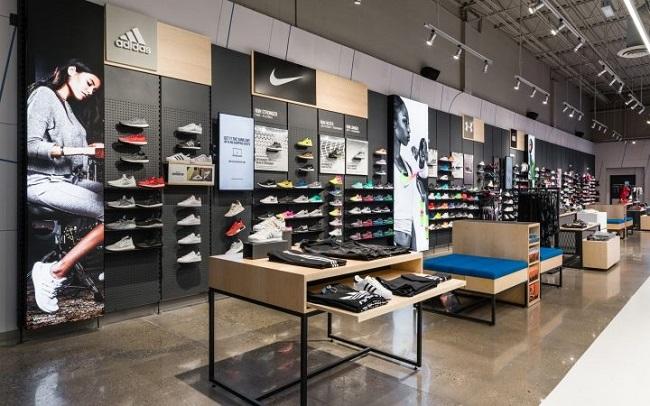 trang trí cửa hàng giày dé