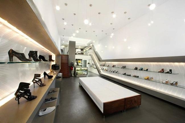 trang trí cửa hàng giày dé 1